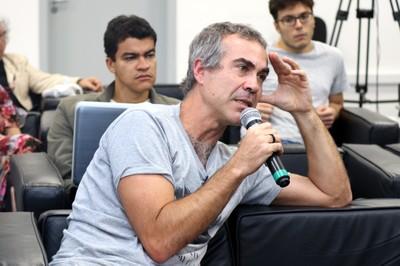 Bruno Paes Manso  faz perguntas ao expositor durante o debate