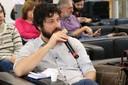 César Simoni Santos faz perguntas durante o debate