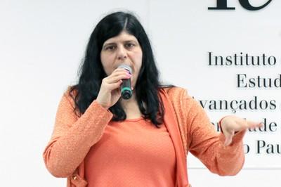 Monica Aiub abre o evento e apresenta o expositor