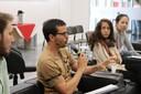 Participante do público faz perguntas à expositora