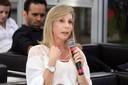 Sandra Scivoletto faz perguntas aos expositores durante o debate