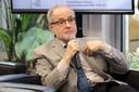 Tito José Bonagamba faz perguntas aos expositores durante o debate