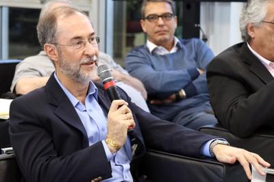 Antonio Mauro Saraiva faz perguntas ao expositor