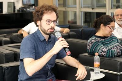 Participante do público faz perguntas a expositora