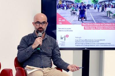 Leandro Luiz Giatti abre o evento e apresenta os expositores