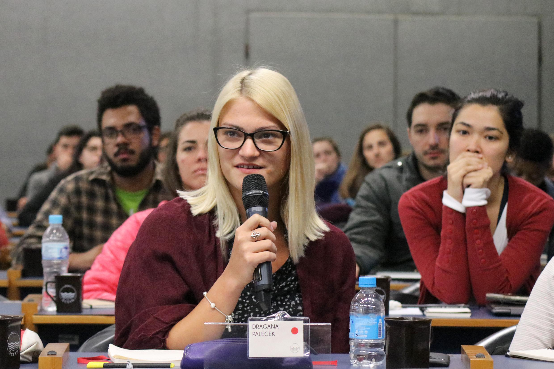 Participante faz perguntas durante o debate - 13/08/2018