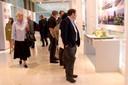 Participantes visitam exposição no hall da Reitoria
