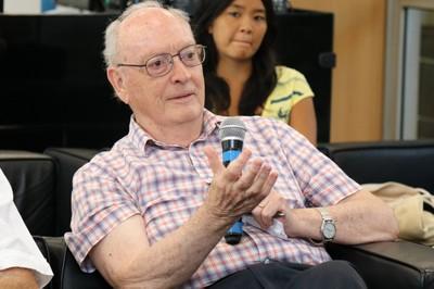 Hugh Lacey fala durante o debate
