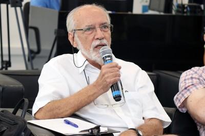 Marcos Barbosa de Oliveira faz perguntas ao expositor