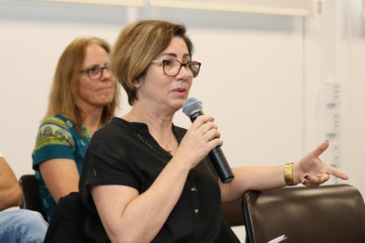 Silvia Zanirato faz perguntas durante o debate
