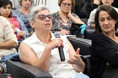 Rita de Cássia Goltz faz perguntas aos expositores