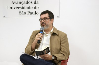 Carlos Orsi abre o evento e apresenta o expositor