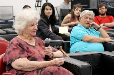 Lia Queiroz do Amaral fala durante o debate