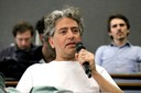 Participaante do público faz perguntas ao expositor durante o debate