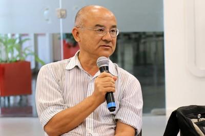 Haluo Hirata faz perguntas durante o debate