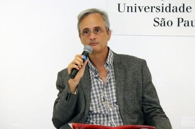 Mauricio Pietrocola abre o evento e apresenta o expositor