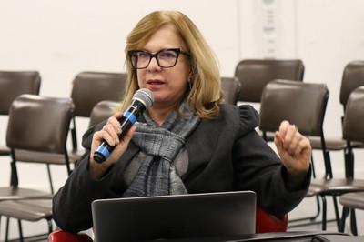 Anália Ribeiro faz perguntas aos expositores