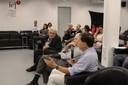 Participante do público faz pergunta durante o debate