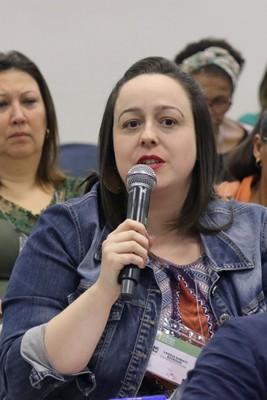 Participante faz perguntas aos expositores durante o debate