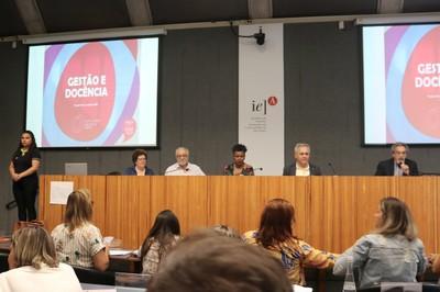Fernanda de Assis da Silva Simões, tradutora de libras, Bernadete Gatti, Luis Carlos de Menezes, Juliana Yade, Lino Macedo e Nílson José Machado