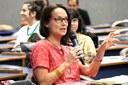 Elsje Maria Lagrou faz perguntas ao expositor durante o debate