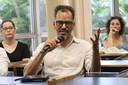 Rommulo Vieira Conceição faz perguntas durante o debate