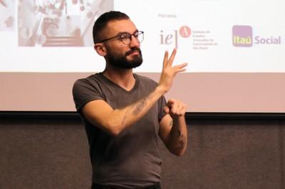 Thiago de Souza Santos, tradutor de libras