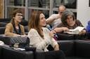 Fabiana Buitor Carelli faz pergunta aos expositores