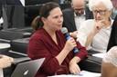 Maria Edelvacy Marinho faz perguntas durante o debate
