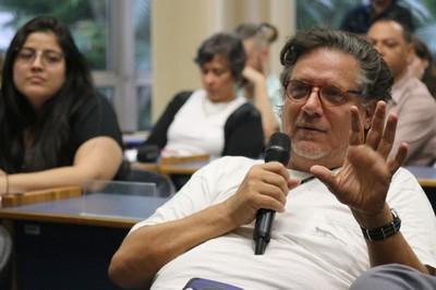 Paolo Zanotto faz perguntas a Sonja Ayeb-Karlsson, representante do Lancet