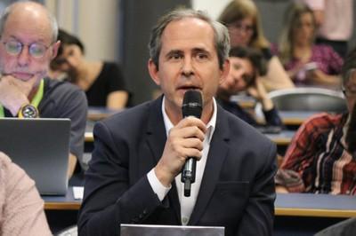 Renato Baena faz perguntas aos expositores