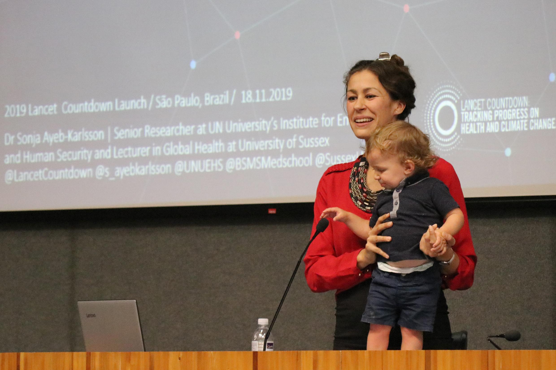 Sonja Ayeb-Karlsson, representante do Lancet e seu filho