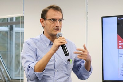 Arturo Forner Cordero faz perguntas durante o debate