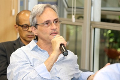 Maurício Pietrocola faz perguntas ao expositor