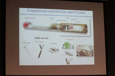 Detalhe da apresentação de Sandra Farsky, mostra cigarro eletrônico