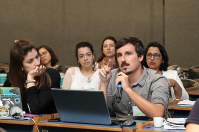 Participante do público faz perguntas durante o debate - 30/05/2019