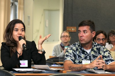 Glaucia Peregrina Olivatto faz perguntas durante o debate - 30/05/2019