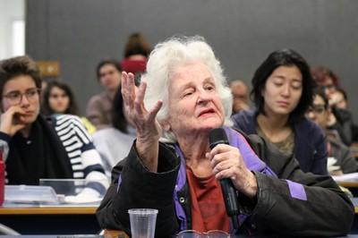 Participante do público faz perguntas durante o debate - 15/08/2019