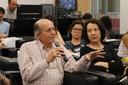 Naomar de Almeida Filho faz perguntas aos expositores