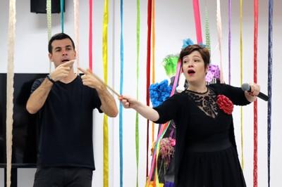 Kiara Terra durante sua performance, acompanhada de Daniel Melo Jr., tradutor de libras