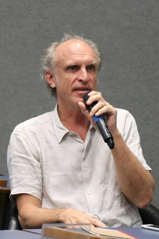 Martin Grossmann faz perguntas a expositora