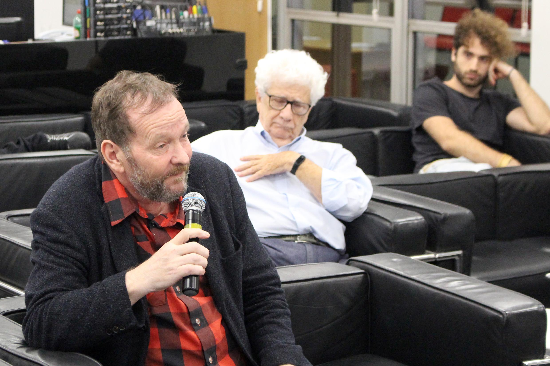 Donald Peterson faz perguntas a expositora