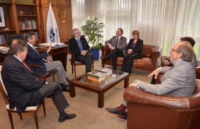 A partir da esquerda, Ricardo Herrera Lara, Sergio Bravo Escobar, Raúl Sánchéz Gutiérrez, Hugo Zunino Edelsberg, Marianela Denegri Coria, Maria Helena Capelato e Martin Grossmann