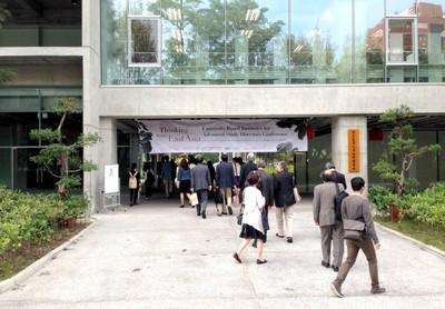 Entrada do Liang Kuo Shu International Conference Hall do Colégio de Ciências Sociais da NTU