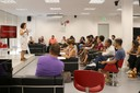 Eliana Sousa Silva se apresenta aos estudantes e explica a dinâmica do treinamento