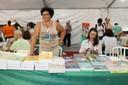 Edilma Martins no stand da Revista Estudos Avançados durante a 17a. Festa do Livro da USP 2015